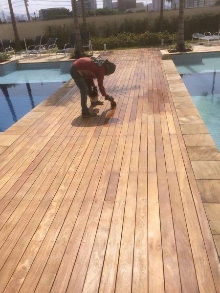 Raspagem de deck de madeira